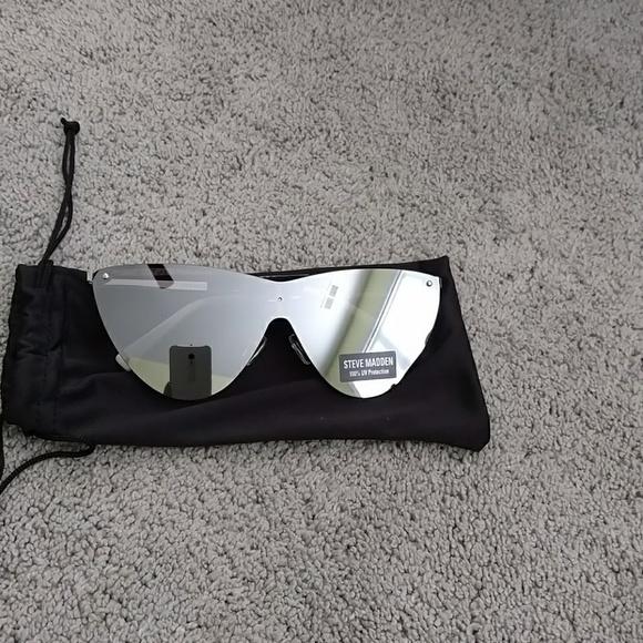 new arrival 0cc5f 3b3f0 Steve Madden Mirrored Cat Shaped Sunglasses NWT